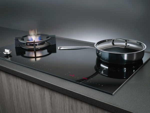 Gas and induction hob with ASKO Duo Fusion™.