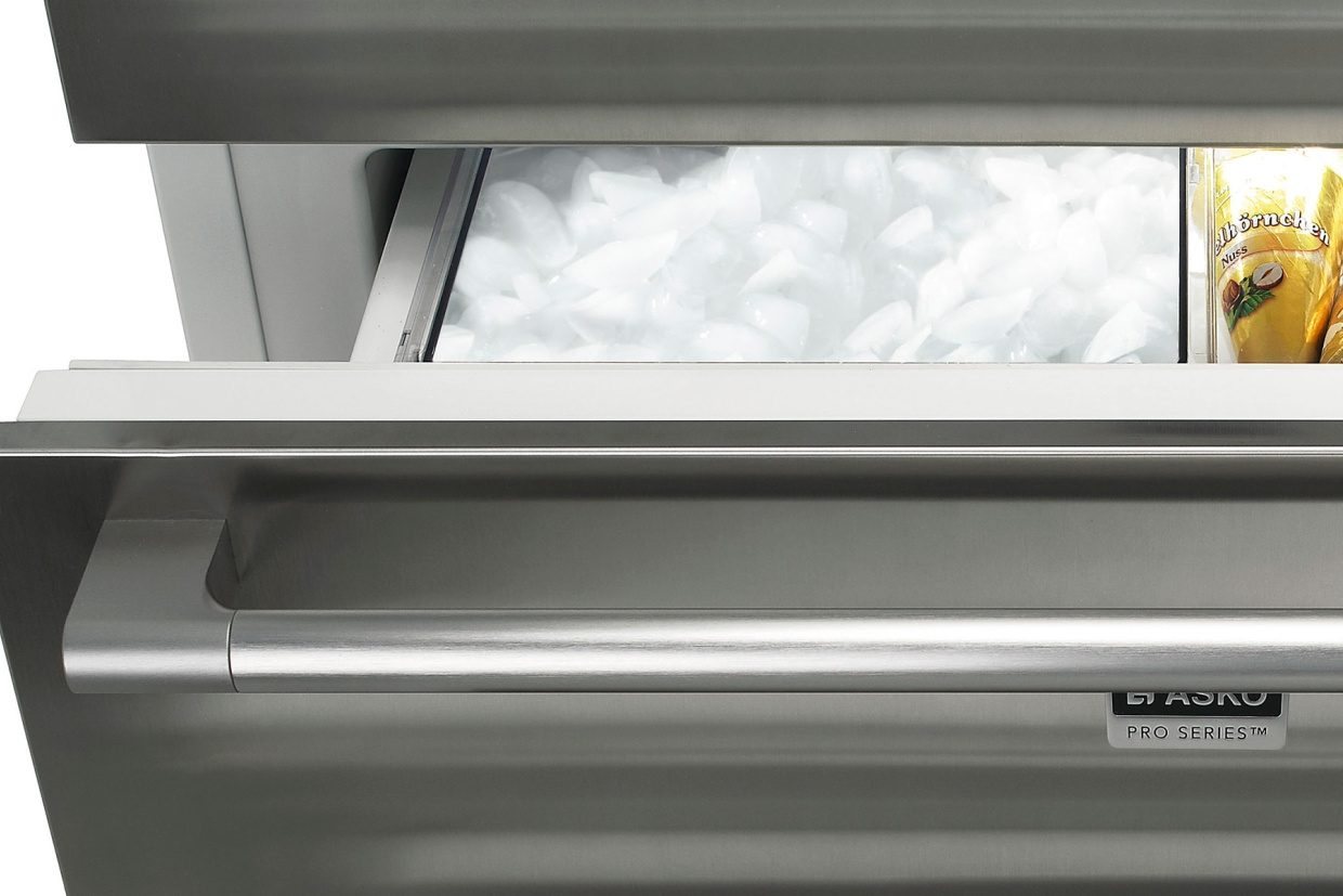 Electronic ice maker